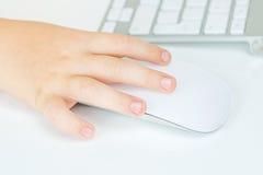 Το νέο αγόρι εργάζεται με το ποντίκι υπολογιστών στοκ εικόνα με δικαίωμα ελεύθερης χρήσης