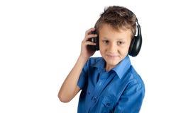 Το νέο αγόρι με τα ακουστικά που απομονώνεται στο άσπρο υπόβαθρο Στοκ Φωτογραφίες
