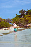 Το νέο αγόρι με την κόκκινη τρίχα τρέχει κατά μήκος του beautif στοκ εικόνα