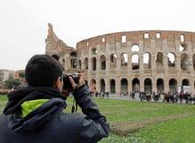 Το νέο αγόρι παίρνει τις φωτογραφίες Colosseum στοκ φωτογραφίες με δικαίωμα ελεύθερης χρήσης