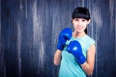 Το νέο αθλητικό κορίτσι με τη σκοτεινή τρίχα Στοκ Εικόνες