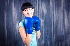 Το νέο αθλητικό κορίτσι με τη σκοτεινή τρίχα Στοκ φωτογραφίες με δικαίωμα ελεύθερης χρήσης
