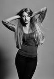 Το νέο αισθησιακό πρότυπο κορίτσι θέτει στο στούντιο. Μαύρος-άσπρη φωτογραφία Στοκ εικόνες με δικαίωμα ελεύθερης χρήσης