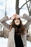 Το νέο αρκετά μοντέρνο σύγχρονο κορίτσι hipster έξω στην οδό, παλτό μόδας, hairstyle, αποτελεί, έννοια ανθρώπων τρόπου ζωής Στοκ φωτογραφίες με δικαίωμα ελεύθερης χρήσης