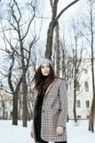Το νέο αρκετά μοντέρνο σύγχρονο κορίτσι hipster έξω στην οδό, παλτό μόδας, hairstyle, αποτελεί, έννοια ανθρώπων τρόπου ζωής Στοκ φωτογραφία με δικαίωμα ελεύθερης χρήσης
