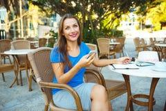 Το νέο αρκετά σύγχρονο blogger που χρησιμοποιεί το smartphone και κάνει τις σημειώσεις μέσα Στοκ Εικόνες