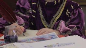 Το νέο αρσενικό γράψιμο κατάλυμα-doux-στρατωνίζει την επιστολή με το καλάμι, κόμμα κοστουμιών των μεσαιωνικών ηλικιών απόθεμα βίντεο