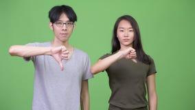 Το νέο ασιατικό δόσιμο ζευγών φυλλομετρεί κάτω από από κοινού απόθεμα βίντεο