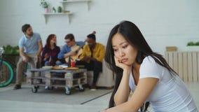 Το νέο ασιατικό κορίτσι αισθάνεται και απομονωμένο ενώ οι συγκάτοικοι της που γιορτάζουν το κόμμα στο σπίτι στο εσωτερικό απόθεμα βίντεο