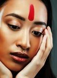 Το νέο ασιατικό κορίτσι ομορφιάς με αποτελεί όπως Pocahontas, κόκκινη γυναίκα Ινδών Στοκ Εικόνες