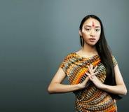 Το νέο ασιατικό κορίτσι ομορφιάς με αποτελεί όπως Pocahontas, κόκκινη γυναίκα Ινδών Στοκ φωτογραφία με δικαίωμα ελεύθερης χρήσης
