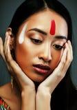 Το νέο ασιατικό κορίτσι ομορφιάς με αποτελεί όπως Pocahontas, κόκκινη γυναίκα Ινδών Στοκ φωτογραφίες με δικαίωμα ελεύθερης χρήσης