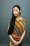 Το νέο ασιατικό κορίτσι ομορφιάς με αποτελεί όπως Pocahontas, κόκκινος Ινδός Στοκ εικόνα με δικαίωμα ελεύθερης χρήσης