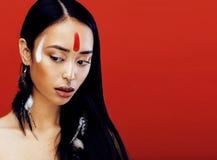 Το νέο ασιατικό κορίτσι ομορφιάς με αποτελεί όπως Pocahontas, κόκκινος Ινδός Στοκ Φωτογραφίες