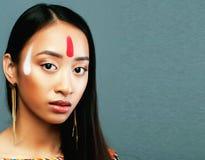 Το νέο ασιατικό κορίτσι ομορφιάς με αποτελεί όπως Pocahontas, κόκκινος Ινδός Στοκ Εικόνα