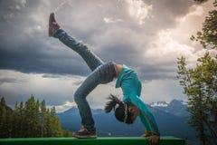 Το νέο ασιατικό κορίτσι στη γέφυρα θέτει στην περιοχή του Lake Louise Στοκ Φωτογραφία