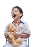 Το νέο ασιατικό παιχνίδι αγοριών γιατρών και η θεραπεία αντέχουν το παιχνίδι Στοκ φωτογραφία με δικαίωμα ελεύθερης χρήσης
