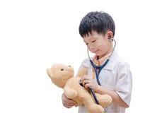 Το νέο ασιατικό παιχνίδι αγοριών γιατρών και η θεραπεία αντέχουν το παιχνίδι Στοκ Εικόνες
