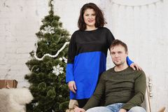 Το νέο γέλιο συζύγων και συζύγων στα Χριστούγεννα διακοσμεί το δωμάτιο στοκ φωτογραφίες