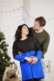 Το νέο γέλιο συζύγων και συζύγων στα Χριστούγεννα διακοσμεί το δωμάτιο Στοκ εικόνες με δικαίωμα ελεύθερης χρήσης