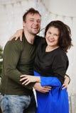 Το νέο γέλιο συζύγων και συζύγων στα Χριστούγεννα διακοσμεί το δωμάτιο Στοκ φωτογραφία με δικαίωμα ελεύθερης χρήσης