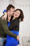 Το νέο γέλιο συζύγων και συζύγων στα Χριστούγεννα διακοσμεί το δωμάτιο Στοκ εικόνα με δικαίωμα ελεύθερης χρήσης