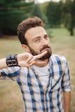 Το νέο γενειοφόρο hipster έκοψε τη γενειάδα με το δάχτυλο Έννοια Barbershop Στοκ Εικόνα