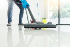 Το νέο ελκυστικό άτομο καθαρίζει το κενό εμπορικό equi καθαρισμού στοκ φωτογραφίες