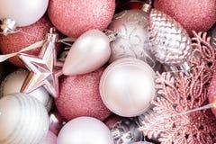Το νέο εορταστικό υπόβαθρο έτους ακτινοβολεί σφαίρες ντεκόρ Στοκ Εικόνες