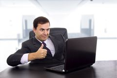 Το νέο επιχειρησιακό άτομο που εργάζεται με είναι lap-top Στοκ εικόνα με δικαίωμα ελεύθερης χρήσης
