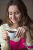 Το νέο ευτυχές γυναικών εκμετάλλευσης τσάι καφέ φλυτζανιών καυτό κάθεται τον καφέ, τρόπος ζωής, το πρόγευμα ή το γεύμα ξοδεύει τη Στοκ Φωτογραφία