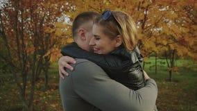 Το νέο ευτυχές ζεύγος συναντιέται στο πάρκο φθινοπώρου φιλμ μικρού μήκους