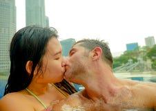 Το νέο ευτυχές και ελκυστικό εύθυμο ζεύγος που παίρνει selfie απεικονίζει μαζί με το κινητό τηλέφωνο στο αστικό φίλημα ξενοδοχείω στοκ φωτογραφία