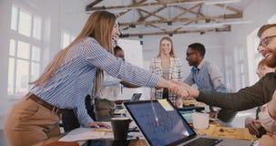 Το νέο ευτυχές χειροκρότημα επιχειρηματιών, χαμογελά και τινάζει τα χ φιλμ μικρού μήκους