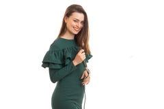 Το νέο εύθυμο κορίτσι με το μικρόφωνο παραδίδει μέσα το πράσινο φόρεμα Στοκ Εικόνες