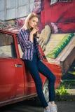 Το νέο ελκυστικό πρότυπο κάθεται κοντά στο αναδρομικό αυτοκίνητο Στοκ φωτογραφίες με δικαίωμα ελεύθερης χρήσης