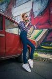 Το νέο ελκυστικό πρότυπο κάθεται κοντά στο αναδρομικό αυτοκίνητο Στοκ φωτογραφία με δικαίωμα ελεύθερης χρήσης