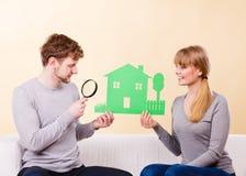 Το νέο ζευγάρι δίνει την προσοχή στις λεπτομέρειες στοκ φωτογραφία