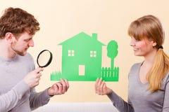 Το νέο ζευγάρι δίνει την προσοχή στις λεπτομέρειες στοκ εικόνα