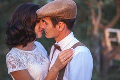Το νέο ζεύγος έχει το γάμο στο αγροτικό ύφος στον οπωρώνα της Apple Στοκ Εικόνα