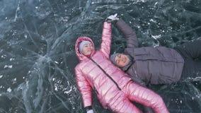 Το νέο ζεύγος έχει τη διασκέδαση κατά τη διάρκεια του χειμερινού περιπάτου στο κλίμα του πάγου της παγωμένης λίμνης Οι εραστές βρ φιλμ μικρού μήκους