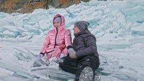 Το νέο ζεύγος έχει τη διασκέδαση κατά τη διάρκεια του χειμερινού περιπάτου στο κλίμα του πάγου της παγωμένης λίμνης Οι εραστές κά φιλμ μικρού μήκους