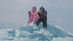 Το νέο ζεύγος έχει τη διασκέδαση κατά τη διάρκεια του χειμερινού περιπάτου στο κλίμα του πάγου της παγωμένης λίμνης Οι εραστές κά απόθεμα βίντεο