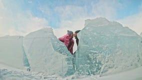 Το νέο ζεύγος έχει τη διασκέδαση κατά τη διάρκεια του χειμερινού περιπάτου στο κλίμα του πάγου της παγωμένης λίμνης ιστορία αγάπη απόθεμα βίντεο