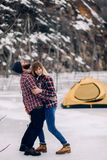 Το νέο ζεύγος έχει τη διασκέδαση στο κλίμα της σκηνής και των βράχων Στοκ Εικόνες