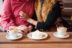 Το νέο ζεύγος έχει τη διασκέδαση κατά τη διάρκεια της ημερομηνίας Στοκ Εικόνες