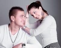 Το νέο ζεύγος αγάπης έχει έναν ρωμανικό Στοκ φωτογραφίες με δικαίωμα ελεύθερης χρήσης