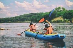 Το νέο ζεύγος απολαμβάνει άσπρο νερού στον ποταμό στοκ εικόνες με δικαίωμα ελεύθερης χρήσης