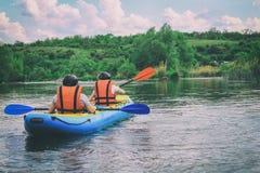 Το νέο ζεύγος απολαμβάνει άσπρο νερού στον ποταμό στοκ φωτογραφίες με δικαίωμα ελεύθερης χρήσης