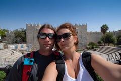 Το νέο ζεύγος γύρισε μια εικόνα selfie μπροστά από μια πύλη τοίχων στην Ιερουσαλήμ στοκ φωτογραφία με δικαίωμα ελεύθερης χρήσης
